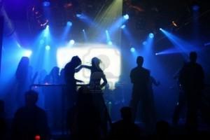 silhouettes-de-danse-adolescents-dans-une-discotheque
