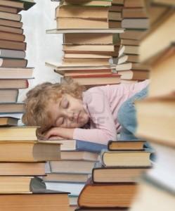 petite-fille-tombee-endormie-a-la-lecture-de-son-livre-prefere