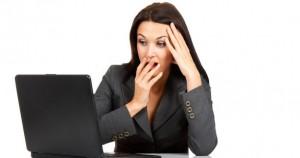atelier-femme-ayant-peur-devant-un-ordinateur