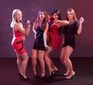 15720020-groupe-de-jeunes-femmes-glamour-en-tenue-de-soiree-dansant-ensemble-dans-une-discotheque-ou-disco