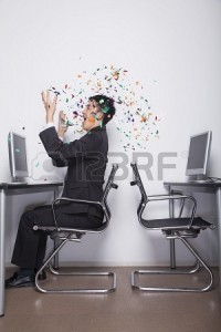 jeune-homme-d-39-affaires-jeter-des-confettis-dans-le-bureau