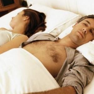 couple-au-lit-qui-se-fait-la-tete