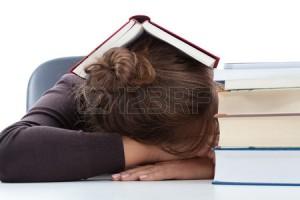 fille-de-dormir-en-dessous-d-un-livre-avant-un-examen