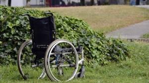 un-homme-en-fauteuil-roulant-arrete-en-etat-divresse