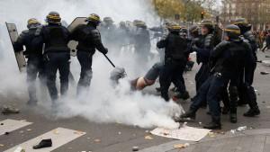 echauffourees-avec-la-police-lors-d-une-manifestation-place-de-la-republique-a-paris-le-29-novembre-2015-a-la-veille-de-la-cop21_manipulation-mediatique