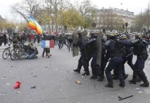 Ces activistes sont tellement dangereux qu'un flic laisse traîner sa matraque au sol et lui tourne le dos... manifestation COP21