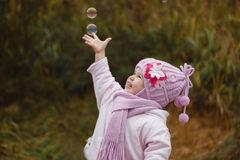la-fille-attrape-des-bulles-de-savon-en-automne-42525766