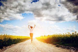 28515826-Heureuse-jeune-femme-courir-et-sauter-de-joie-vers-le-soleil-sur-les-champs-de-printemps