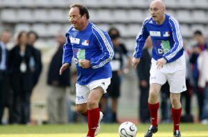 Hollande joue au foot