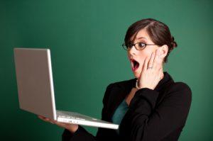 femme choquée par son ordinateur
