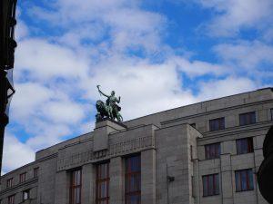 Statue dans le ciel de Prague