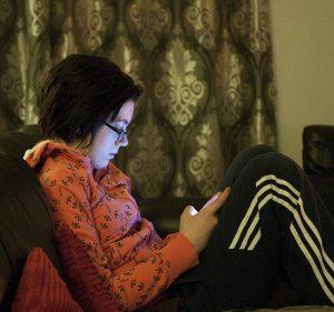 jeune fille lit sur un écran portable