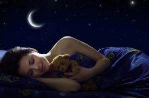 femme qui dort avec son ours en peluche
