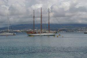 Un voilier en Martinique, ciel gris