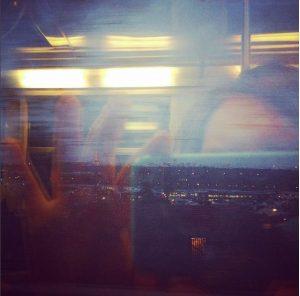 selfie dans la vitre du train avec vue sur Paris et la Tour Eiffel