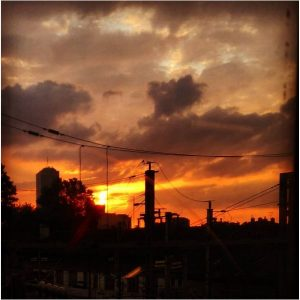 Beau coucher de soleil un peu nuageux sur des fils électriques dans une gare