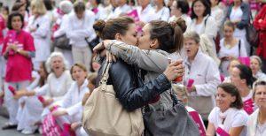 Deux femmes s'embrassent devant des militants de la manif pour tous