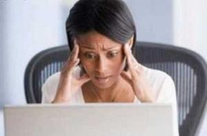 Femme regarde son ordinateur, désespérée, surmenage, trop de travail