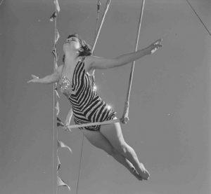 Une femme fait des acrobaties sur un trapèze