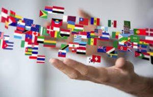 Apprendre les langues, main tendue sous des drapeaux