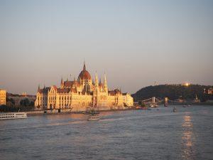 Le parlement de Budapest au soleil couchant
