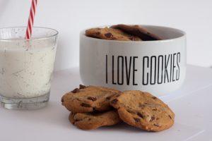 des cookies et un verre de lait