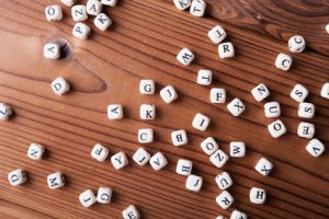 perles avec des lettres en vrac sur le sol