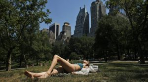 jeune femme en maillot de bain bronze à Central Park