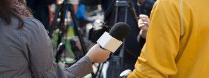 journaliste réalisant un micro-trottoir