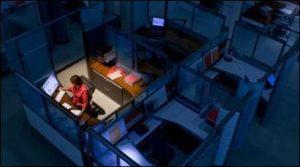 travailler tard, une femme seule dans un open space la nuit