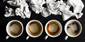 tasses de café et feuilles de papier, trop de travail, workaholic