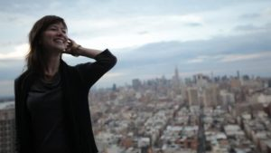 Femme quadragénaire sourit à la vie, confiance en elle, New York