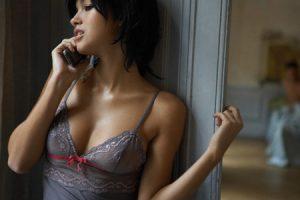 Femme en petite tenue téléphone