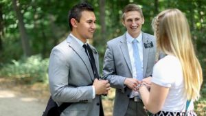 Un duo de jeunes mormons abordent une femme dans la rue pour lui parler