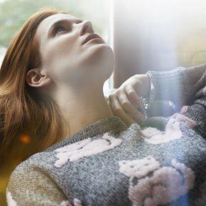 Jeune femme alanguie avec un pull chat a la flemme