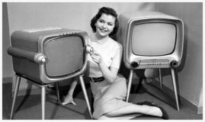 regarder la télé pour détester, jeune femme assise entre deux téléviseurs, années 50