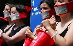 Femmes manifestent baillonnées