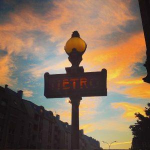 Panneau de métro parisien au soleil levant