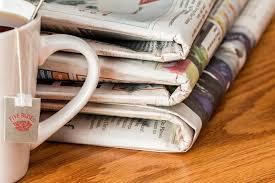 Lire la presse et boire du café