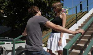 Un homme importune une femme dans la rue pour la draguer