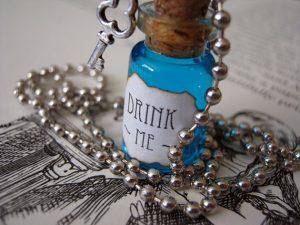 Drink me, pendentif inspiré d'Alice au pays des merveilles