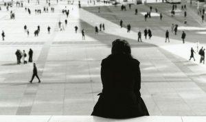 L'auteur observe la société