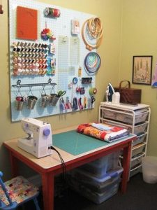 Atelier créatif, machine à coudre, matériel