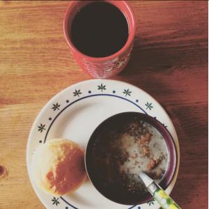 Petit déjeuner avec petite brioche homemade, porridge aux graines de chia et café