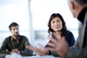 Une femme en réunion