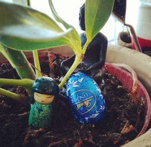 déco de ma plante : statue bouddah, fève geisha et oeuf de pâques
