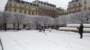 Des enfants jouent dans la neige à Paris