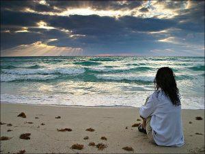 Femme rêveuse sur la plage
