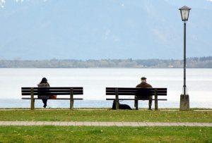 S'asseoir sur un banc et observer les gens