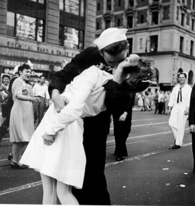 Femme embrassée de force à Time Square, les attouchements dans une foule en liesse